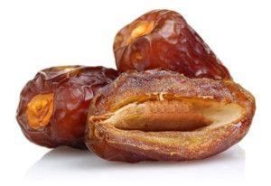 """Datteln weisen den höchsten Energie- und Rohfasergehalt unter allen Obstsorten auf. Das brachte ihnen den Namen """"Brot der Wüste"""" ein. Sie sind wahre Nährstoffbomben und sindrandvoll mit Mineralstoffen, Vitaminen und wertvollen Pflanzeninhaltsstoffen gefüllt.Sie sind reich an Vitamin B Complex (B1, B2, B3, B5, B6), Niacin, Pantothensäure,Riboflavin, Calcium, Kupfer, Eisen, Magnesium, Mangan,Phosphor, Bor, Selen,Zinkund vor allem"""