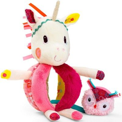 Le hochet à poignées Louise la licorne de la marque Lilliputiens développera la motricité de votre enfant tout en s'amusant !