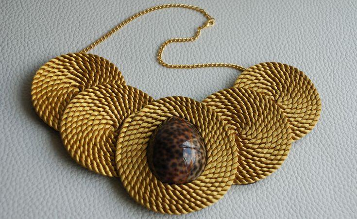 collar-babero-Gold-frente.jpg 900×552 píxeles