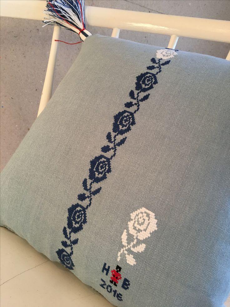 Crosstich embroideried pillow @hannabruce