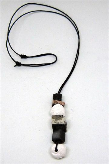 Halssmykke med kugler i rakukeramik af Hanne Munk Kure