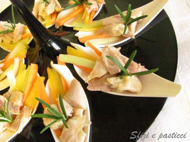 Ricetta veramente sfiziosa e diversa per un antipasto o un finger food, guarnito poi con fresche verdurine colorate è anche carino e il set...