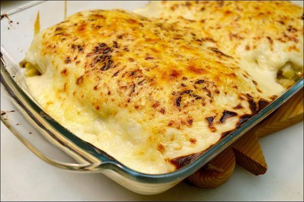 Aprende a preparar lasaña de mariscos con esta rica y fácil receta. 1. Hacer jitomate concasse pero en vez de cubos, cortar julianas. 2. Picar la cebolla blanca y 8...