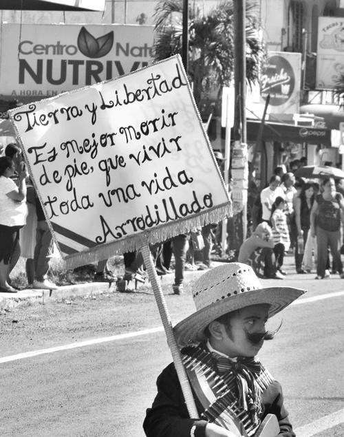 """""""Es mejor morir de pie, que vivir toda una vida arrodillado."""" - Emilianito Zapatita.    (Desfile 20 de Noviembre 2012)."""
