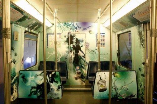 Pociąg czy łódź podwodna? Amsterdamskie studio Million Dollar Design pokryło wnętrze trzydziestoletniego wagonu metra malowidłami, które przenoszą pasażerów w podwodny świat. Projekt został wybrany w konkursie ogłoszonym przez przedsiębiorstwo transportu publicznego w Amsterdamie. http://sztuka-wnetrza.pl/541/artykul/podwodne-metro