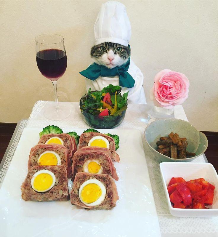 Meatloaf #cat#cats#catstagram#catsofinstagram  #catsofworld#sweetcatclub#bestmeow  #food#chef#にゃんすたぐら#にゃんこ#ねこ #ネコ#ふわもこ部#みんねこ#ペコねこ部#猫 #picneko#シェフ#wine#ミートローフ#ワイン #ニンジンとパプリカのトマト煮#サラダ #ごぼうの甘辛煮#rose#バラ#mannishboys  #斉藤和義