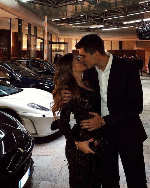 Il m'offre la vie de luxe, je lui offre mon amour de luxe.