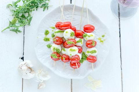 Mozzarella-tomaattivartaat ja rucola-pestokastiketta