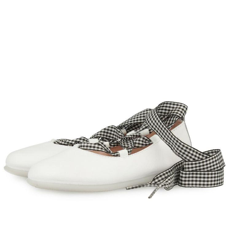 Bailarinas blancas con tiras de cuadros blancos y negros para atar a la pierna. Corte en piel, forro y plantilla de tejido. Sofisticadas y chic para las más presumidas.