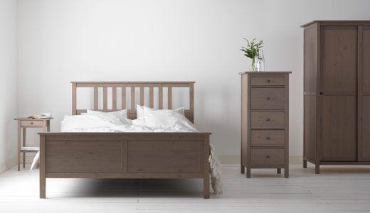 HEMNES Schlafzimmerserie, hier u. a. mit HEMNES Kleiderschrank mit 2 Schiebetüren in Graubraun
