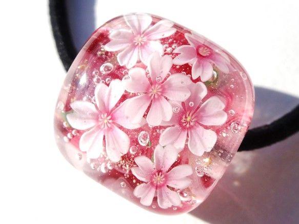 満開の桜のヘアゴムです。サイズ;縦2.3cm×横2.2cm×1.6cm通し穴;約5mmゴムは交換可能です。 他サイトでも販売しています...|ハンドメイド、手作り、手仕事品の通販・販売・購入ならCreema。
