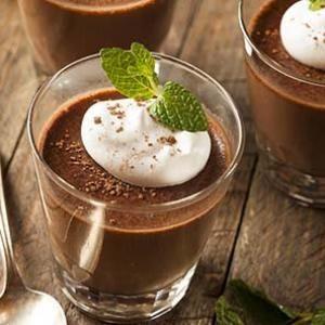 Separa las yemas de las claras. Derrite el chocolate a baño maría o en el microondas....