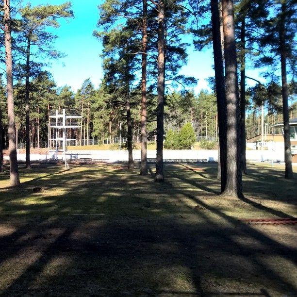 Kesää odotellessa. #pori #kansallinenkaupunkipuisto #kaupunkipuisto #maauimala #arkkitehtuuri #arkkitehti #Yrjö #Lindegren #hyppytorni #männyt #aurinkoinen #sininen #taivas #notsummeryet #nationalurbanpark #Finland #luonto #metsä