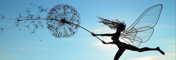 Der in der Grafschaft Staffordshire/England ansässige Künstler Robin Wight erschafft immens beeindruckende Skulpturen geflügelter Feen aus Edelstahldraht. Der Künstler versteht es Bestens seine teilweise lebensgroßen Artworks in derartig dynamischen Posen zu fertigen, dass diese beim Betrachter den Eindruck erwecken, als würden sie im Winde tanzen bzw. dagegen ankämpfen. Im Inneren aller aus Stahldraht diverser Stärken erstellten Skulpturen, platziert Wight als... Weiterlesen