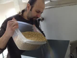 Ο Μάνος Ναζλίδης προσθέτει τα συστατικά της Φρέσκιας Μπύρας Χίου