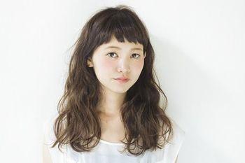 ボリュームのあるパーマスタイルも短めの前髪で少女らしく。