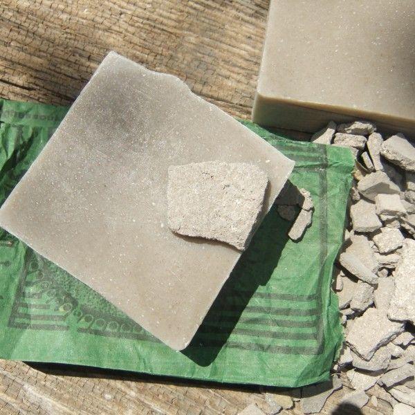 Marokańska glinka Rhassoul jest wydobywana od ponad 1400 lat u podnóży gór Atlas. Używana jest do celów kosmetycznych i leczniczych. Bardzo skuteczna w detoksykacji każdego typu skóry, szczególnie z tendencją do tworzenia zaskorniaków. Aby wykorzystać pełny potencjał mydeł glinkowych, należy dokładnie namydlić skórę i pozostawić ją tak przez przynajmniej kilkanaście sekund, potem zmyć wodą.