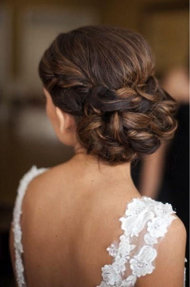 Para quem quer usar o cabelo preso para cima, mas não quer usar o tradicional coque, aqui tem alguns modelosdiferentes e ousados para inspirar. Confiram: Gostou? Confiram mais ideias de penteados para noivas...