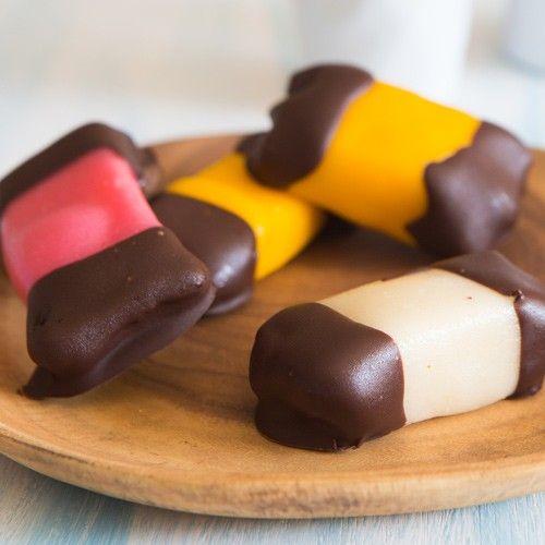 Deze mergpijpjes zijn eenvoudig te maken, volg gewoon de stappen in het recept. De basis van de mergpijpjes is biscuit, daarna omhul je ze met diverse kleuren marsepein. Als laatste doop je ze voorzichtig in de gesmolten chocolade.