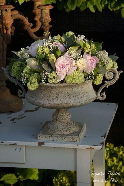 ' Art de la fleur ' Angelique Temmink Waalboer Pioenen , Pioenrozen , roze , viburnum , rozen , sneeuwbal , Peonies , Peona  , bloemschikken , bloemstuk , centerpiece , flowers , flowerarangement.