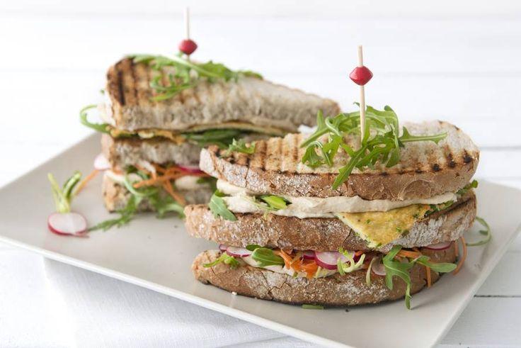 Zin in een luxe lentelunch? Maak een clubsandwich met hummus en radijs - Recept - Allerhande