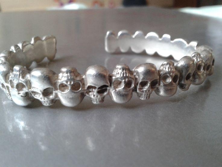 Silver cuff bracelet w. skulls