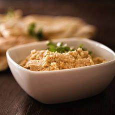 Hummus 1 blik kikkererwten en laat die uitlekken, maar bewaar wat van het vocht. Doe de kikkererwten met 3 gepelde teentjes knoflook, 3 eetlepels citroensap, 5 eetlepels tahin en wat cayennepeper in de keukenmachine. Meng alles tot een gladde crème en voeg eventueel wat van het vocht toe om de hummus mooi smeuiig te maken. Breng de hummus op smaak met peper en zout en garneer 'm met verse peterselie. Heerlijk op een (pita)broodje of als onderdeel van een mediterraan hapjesbuffet.