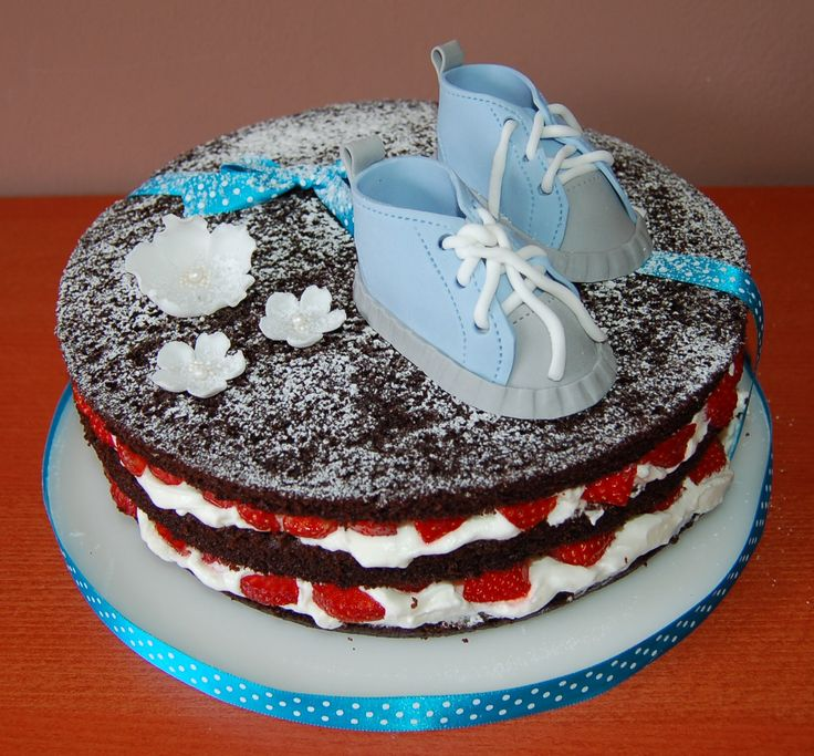 naked cake with children shoes