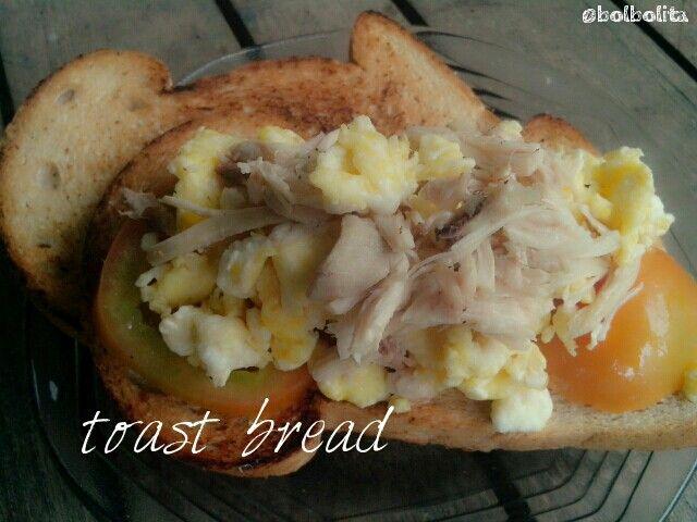 Whole wheat toast bread w/scramble egg,tomato,n chiken breast