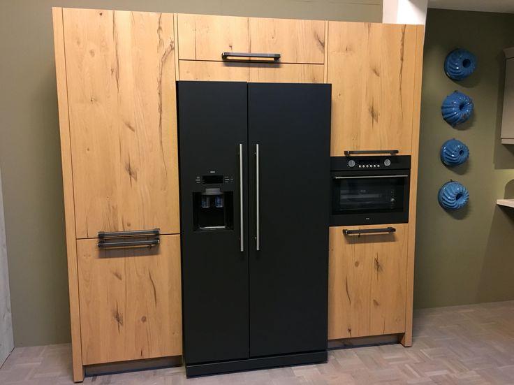 Zwarte koelkast, bruine kasten zijn te licht