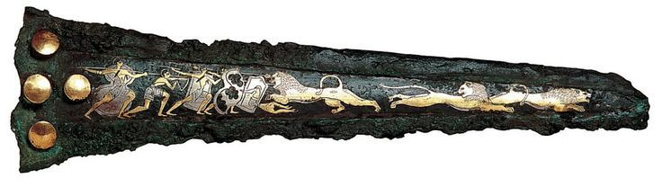 Caccia al leone - pugnale di bronzo ageminato in oro e argento - XVI secolo a.C - tomba IV di Micene - Atene, Museo Nazionale. Non si può sapere se sia un fodero o un pugnale con funzione celebrativa, ovvero da parata.