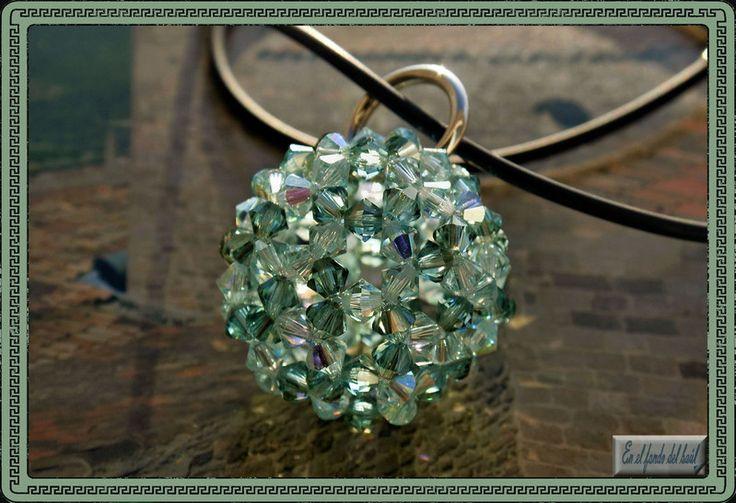 Bolonchel Agua - Tupis de cristal Swarovski en dos tonos de verde, con engarce de plata y cordón de ante en color a elegir. Cierre también de plata.