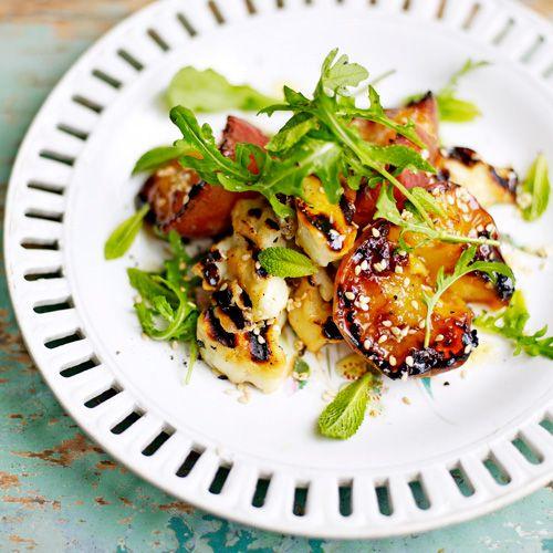 De halloumi serveer je het liefst direct van debarbecue (of de grillpan), wanneer-ie nog smeltend heet is.Maak daarom eerst de salade en dressing.   1 Meng rucola, munt en sesamzaad in een kom. Doevoor de dressing citroensap,...