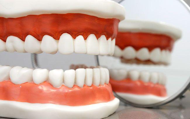 Una prótesis dental es una prótesis intraoral que se usa para reconstruir dientes perdidos, partes de dientes y la falta de estructuras de la mandíbula y el paladar. Estas prótesis se utilizan para mejorar la masticación y la estética. Una prótesis dental puede ser mantenida en su lugar mediante la conexión a los dientes o por ser sostenido por los músculos circundantes