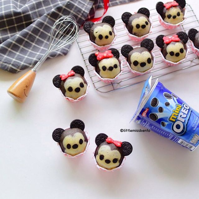 Recipe video coming soon! Mickey Minnie Oreo deco steam cakes~~ yummy  Been a while since I made my steam cakes, this time inspired by Disney Tsum Tsum.  Have a great mid-week.  今回デコ蒸しパンを作りました。  ツムツムのミッキーとミニーです❣️可愛いですか?  良い一日を♡  #デコ蒸しパン #蒸しパン #手作り #可愛い #ディズニー #ミッキーマウス #ミニーマウス #むしぱん #littlemissbento #steamcake #mushipan #kawaii #cookinggram #tablephoto #buzzfeedfood #eyecandysorted #kurashirufood #mickey #minnie #disney #disneytsumtsum #nobake