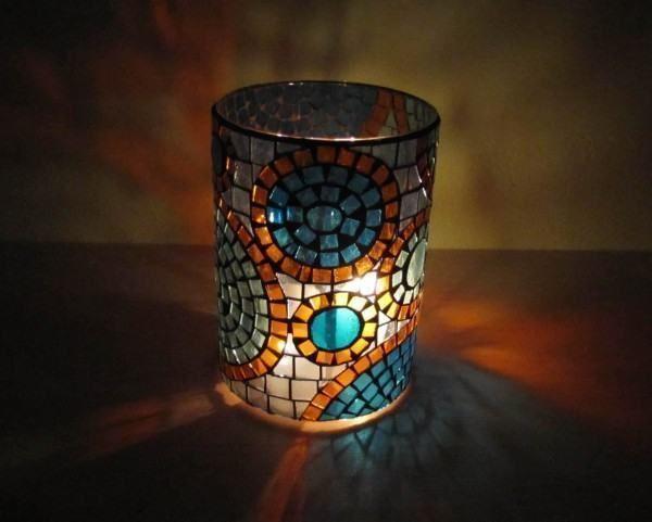 Candelabro em mosaico Luminária com velas ! Não é segredo para ninguém que eu amo velas, e a luz maravilhosa que se colore passando pelos vidros. A luz de velas muda qualquer ambiente, deixando-o acolhedor, intimista, romântico. Nesse passo-a-passo...