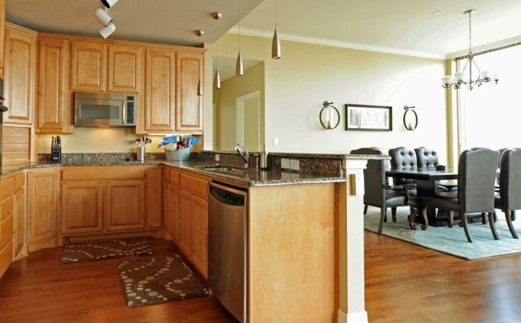 poser un faux plafond design ilot central luminaire suspension déco tapis de sol meuble bois