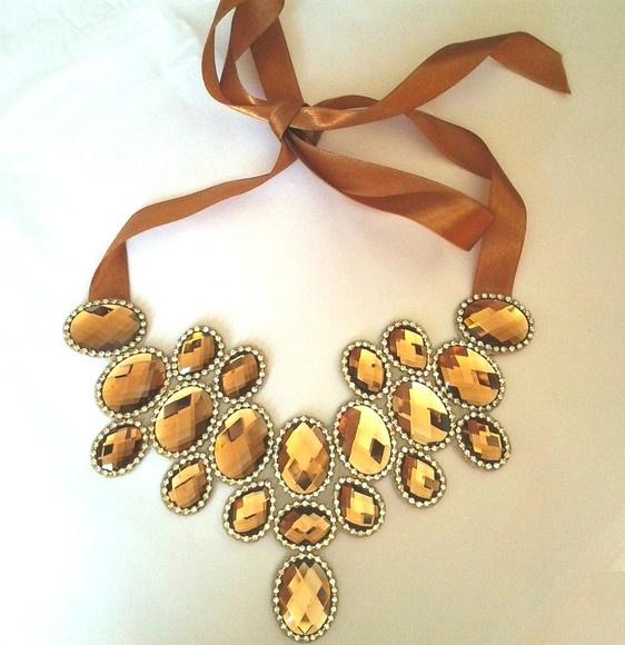 Máxi colar espelhado cor dourada, todo em pastilha de vidro e fio de strass com banho em ouro.  Peça única.