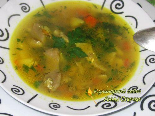 Вкусный грибной суп с вешенкой Ингредиенты:  500 гр. вешенки, 1 морковь, 3 луковицы, 4 картофелины, 1 сладкий перец, 50 гр. риса, Специи, Корень сельдерея, Зелень.