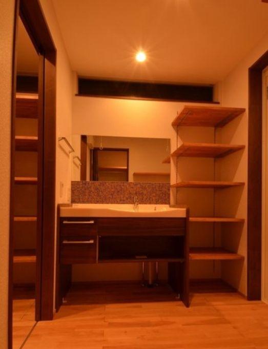 収納たっぷりの洗面所(『西条の家』中庭のある家)- トイレ/バス事例 SUVACO(スバコ)