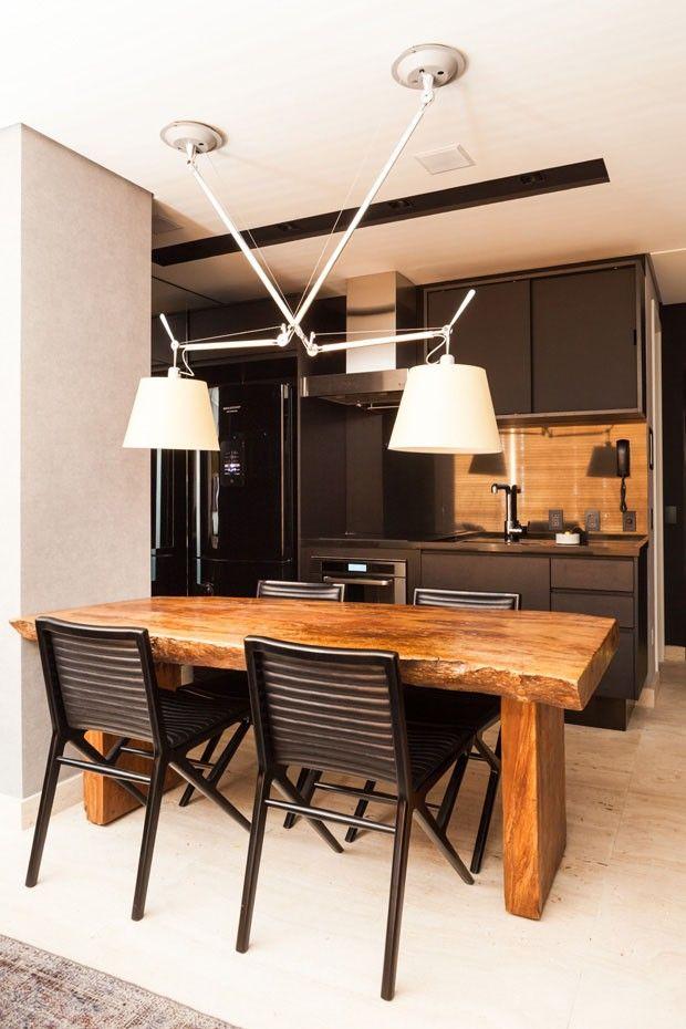 Mesa de demolição misturadas com cadeiras modernas. Apartamento pequeno 60 m² Díptico (Foto: divulgação)
