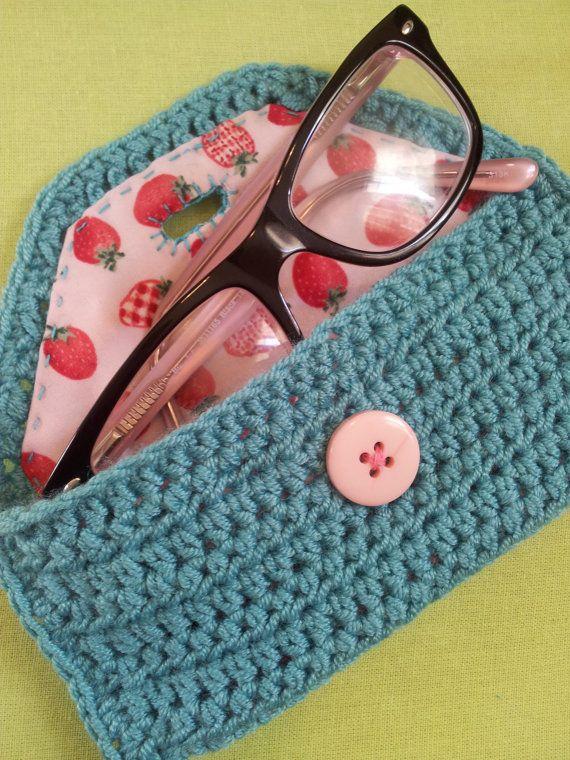 Linda mano Crochet gafas, caso para ganchos, neceser - azul con botón de rosa y revestimiento de fresa