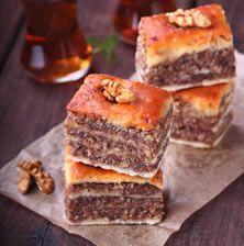 Το «γάστριν» είναι ένα από τα ελάχιστα κρητικά γλυκίσματα που γνωρίζουμε από την αρχαιότητα. Η συνταγή περιγράφεται από τον αρχαίο Έλληνα Αθήναιο στο μνημειώδες έργο του Δειπνοσοφισταί (ΙΔ, 647-648). Η ιδιαιτερότητα του είναι ο παπαρουνόσπορος και το πιπέρι. Το μέλι μπορεί να αντικατασταθεί και με πετιμέζι