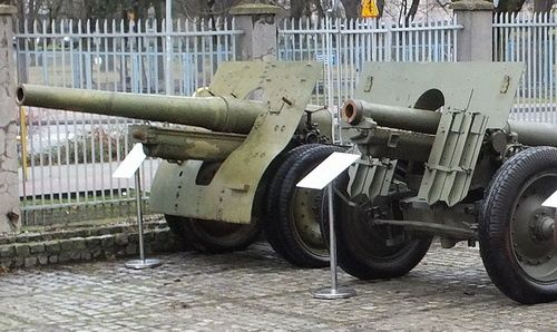 105-mm dalekonośna armata polowa wz. 29 (na pierwszym planie) i 120-mm armata wz. 1878/09/31 (na drugim) pozyskane z Finlandii. Ta pierwsza konstrukcja, zdobyta w 1939, służyła Finom podczas wojny kontynuacyjnej 1941-1944 i pozostawała w linii do lat 1960. / Zdjęcia: Krzysztof Winiecki