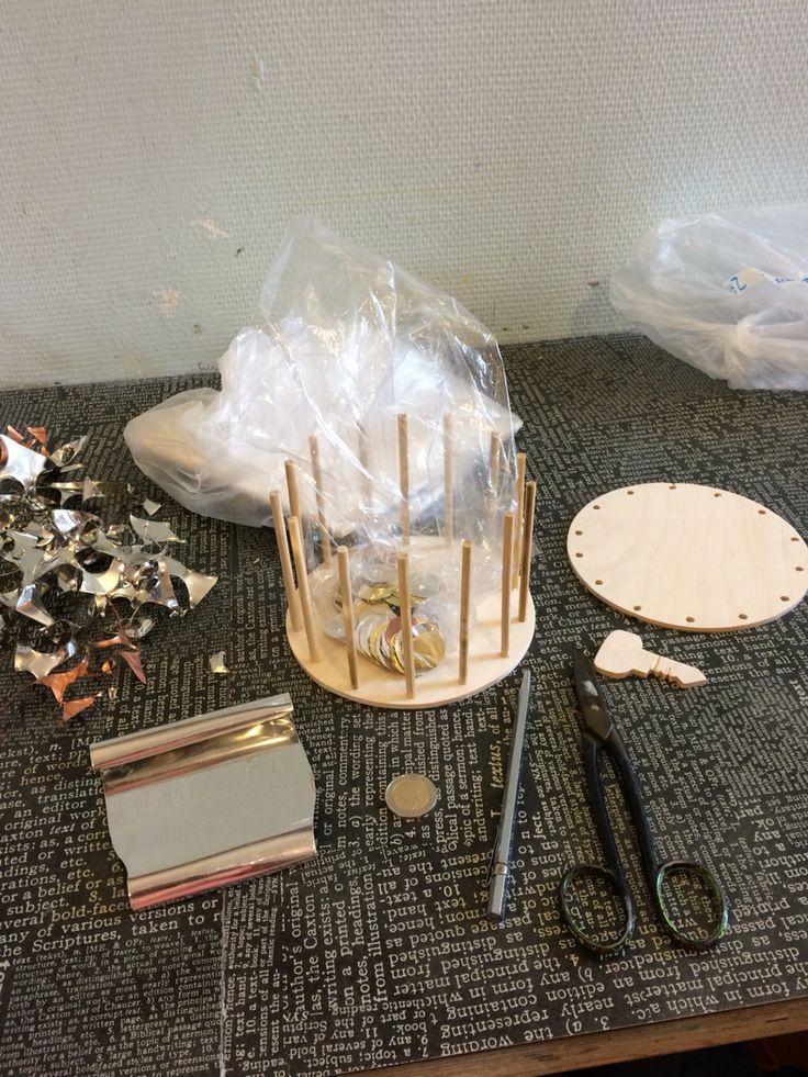 Na de les nog even verder gewerkt om de houten paaltjes in de boden van de hoed te slaan. Ook heb ik nog wat extra muntjes geknipt van metaal, koper en messing.