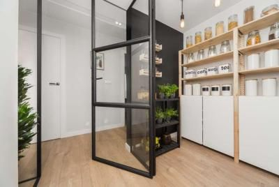 1mm. studio nowoczesna spiżarnia z przeszkloną ścianą modern pantry with glass wall