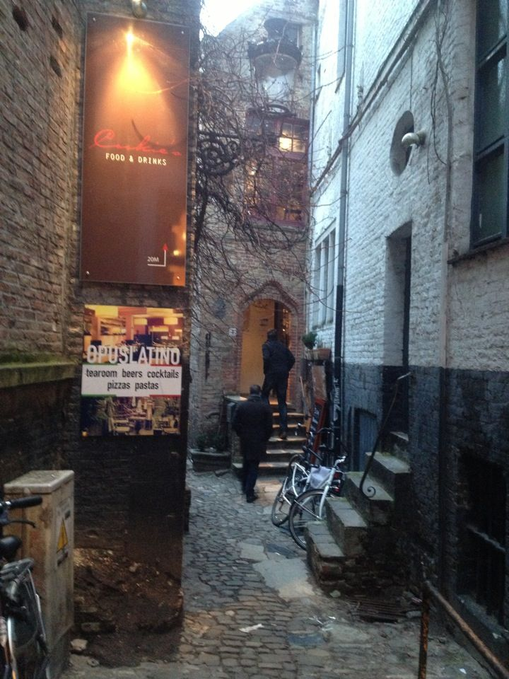 De Garre lies hidden in one of the smallest streets of Bruges in the shadow of the Belfry. This small and cosy pub offers you different kinds of beverages, including the exclusive 'Tripel van De Garre'!