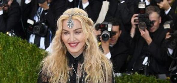 Με μια σαμπάνια στο χέρι έφυγε η Μαντόνα από το Met Gala  ΦΩΤΟ