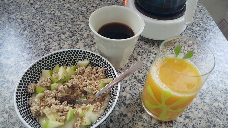 En snabb frukost på havreghurt med müsli crunch och färska gröna äpplen. Med apelsinjuice och kaffe | A quick breakfast with oat yoghurt, müsli crunch and fresh green apples. With orangejuice and coffee