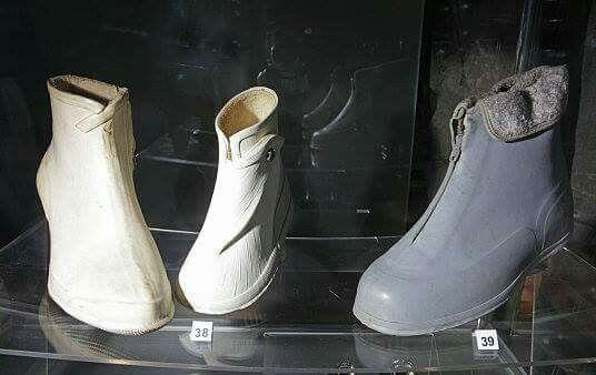 galoše, gumové boty do deště, z 50. a zač.60.let, tzv šedý mor pokud si pamatuji, oblékaly se na bačkorky - tedy ty dětské U dospěláckých si nejsem jistá, ale asi také...